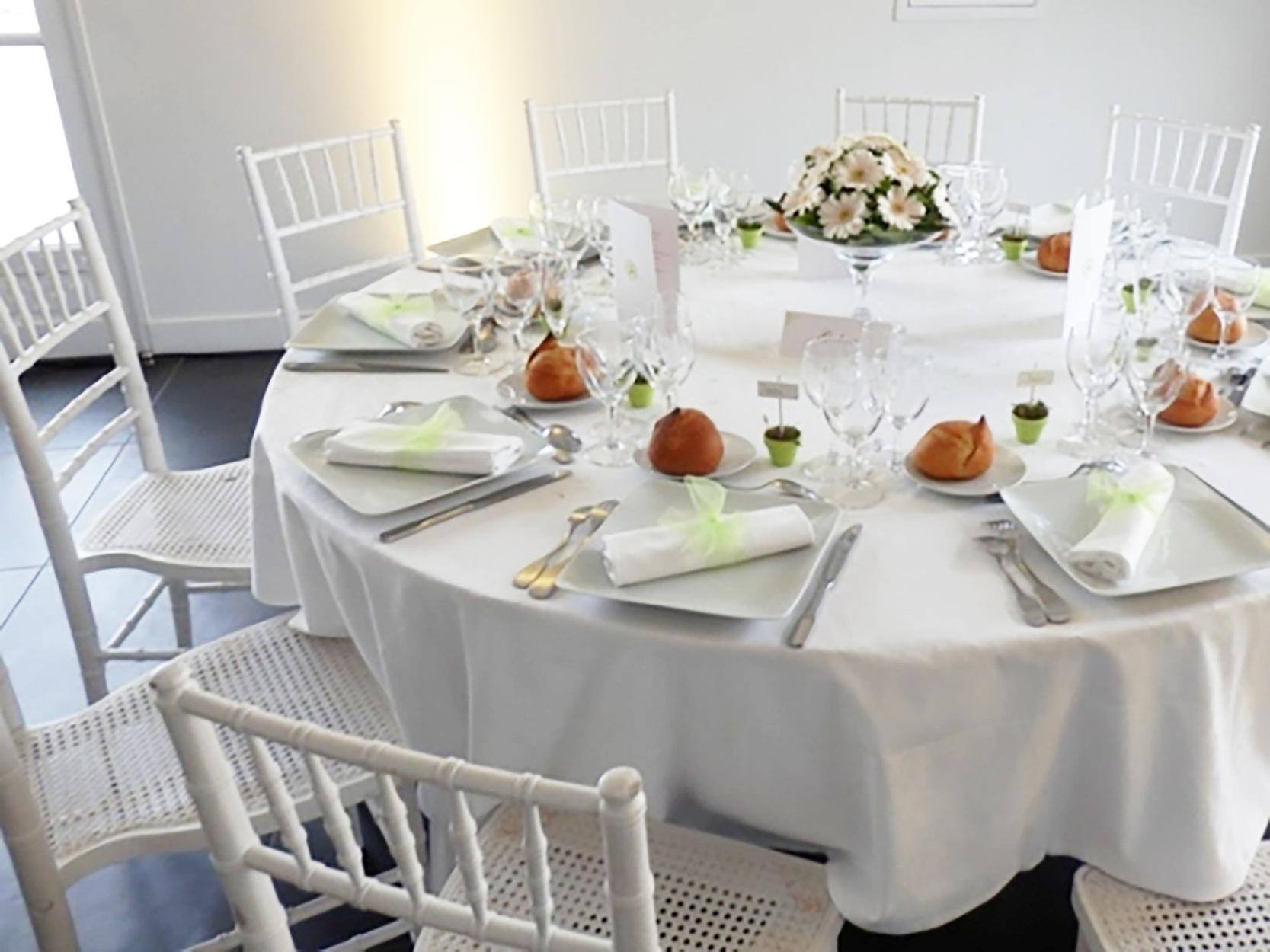 Une d coration de mariage avec une fleur diff rente par table for Quoi mettre sur une table basse