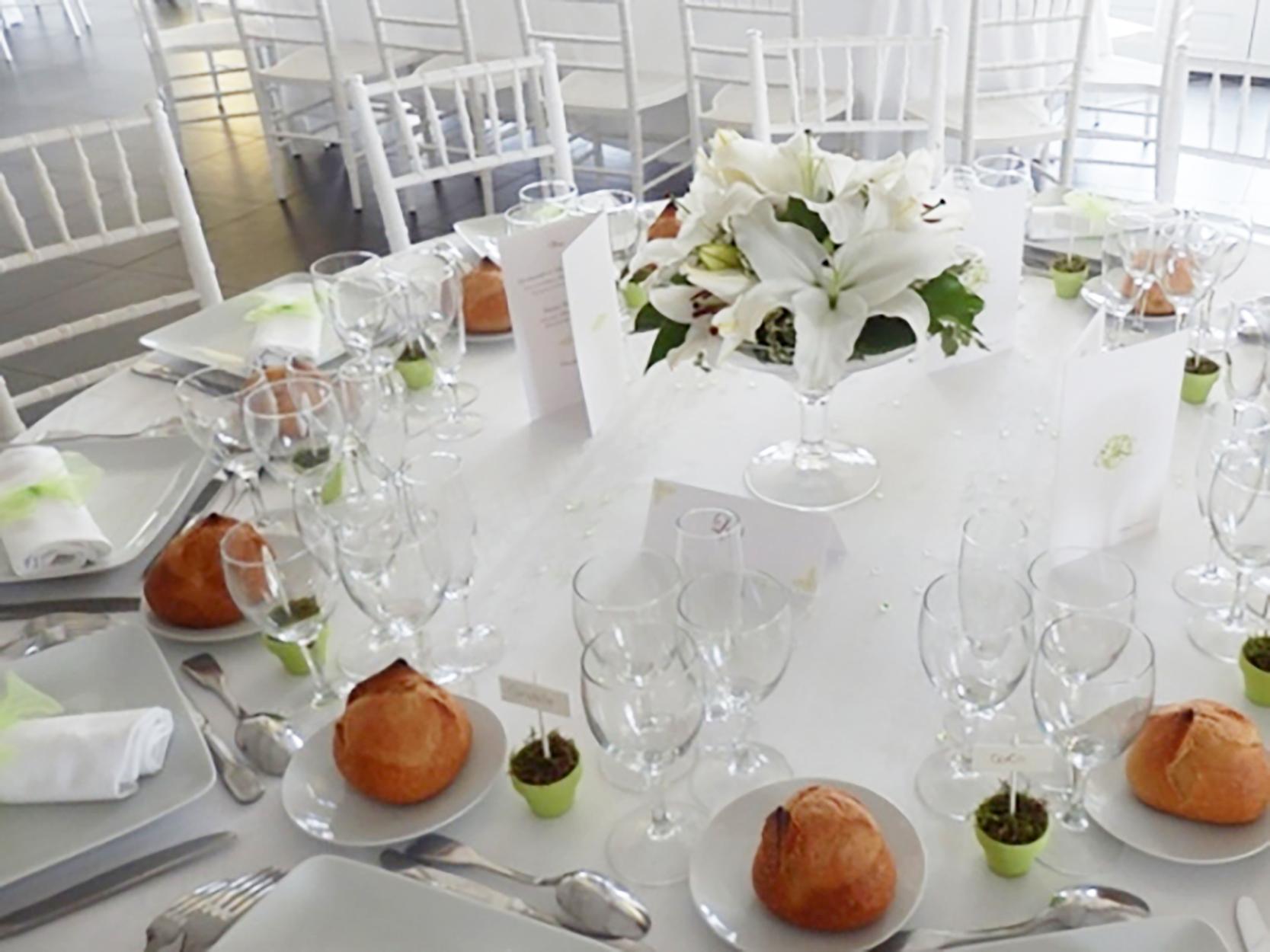 une d coration de mariage avec une fleur diff rente par table. Black Bedroom Furniture Sets. Home Design Ideas