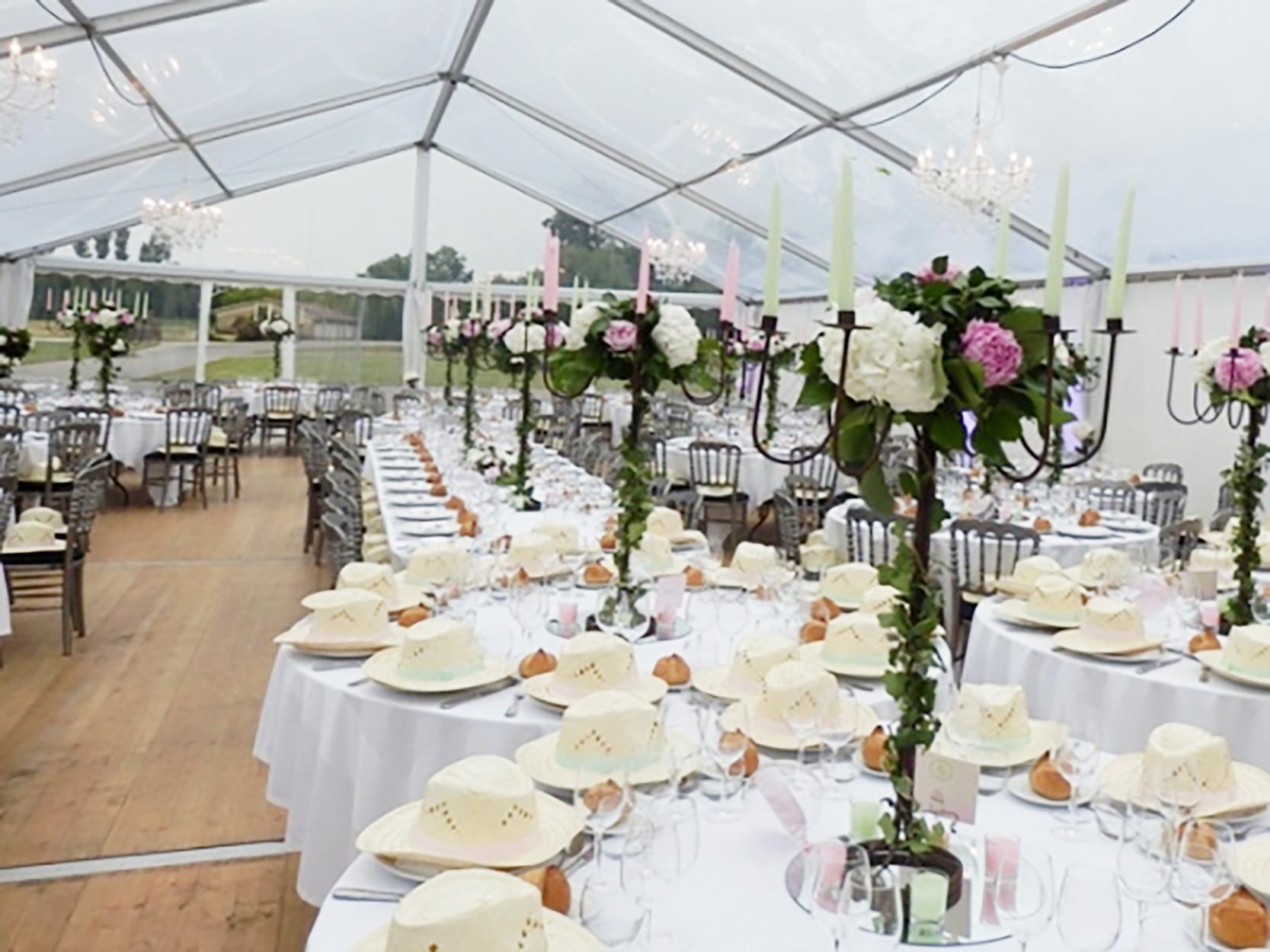 Une d coration florale d 39 hortensias et de pivoines - Decoration florale pour table ...