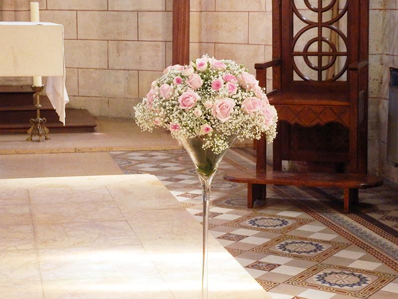 Une décoration florale de cérémonie de mariage rose et blanche