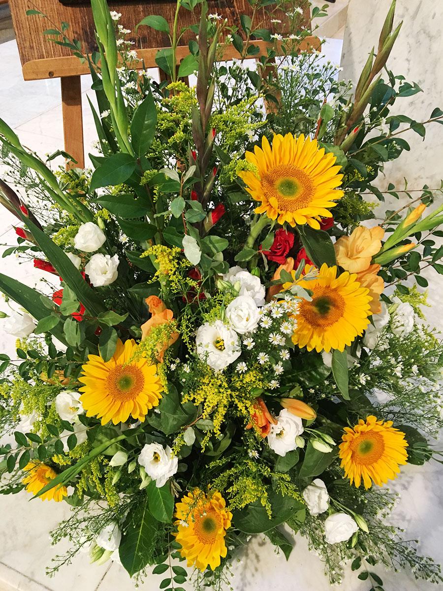 devant-cercueil-rouge-et-jaune